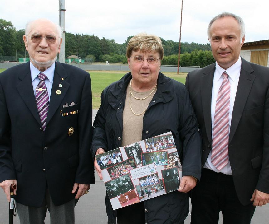 Vereins-Urgesteine: Karl-Ottmar Schmitt (links) und Lore Ragati wurden für 75-jährige Zugehörigkeit zum TSV/DJK Wiesentheid vom Vorsitzendenden Harald Rößner ausgezeichnet.